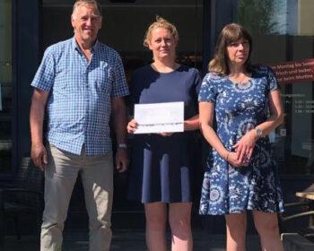 Die Geschäftsführerin Frau Mertins (mitte) übergibt uns die Spende im Juni 2021 vor der Bäckerei Mertins.